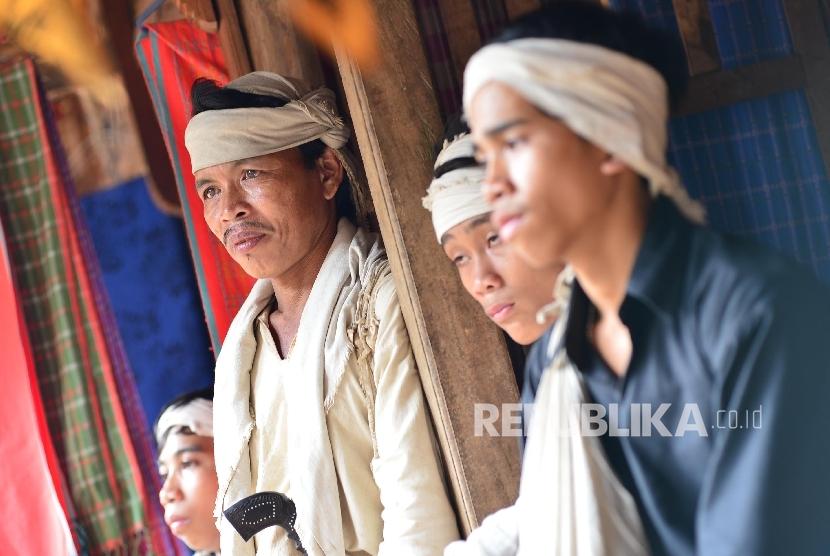 Pria Badui mengenakan pakaian dan ikat kepala berwarna putih, warna yang hanya boleh digunakan oleh pria Badui Dalam.