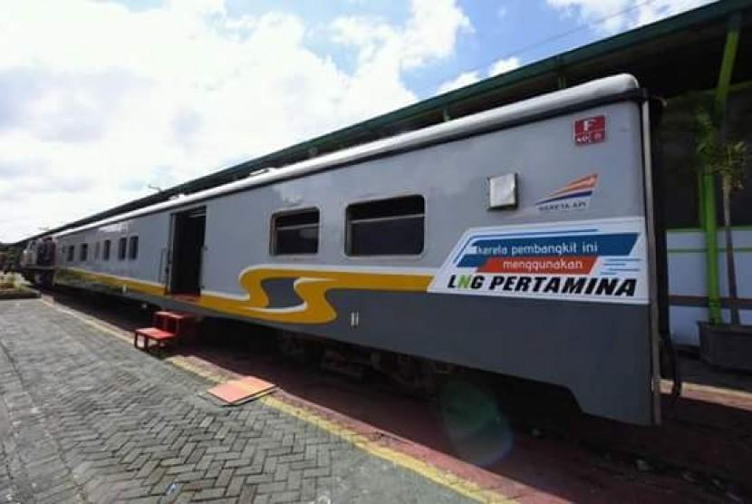 Kereta api yang menggunakan bahan bakar gas alam cair (LNG) dari PT Pertamina (Persero).