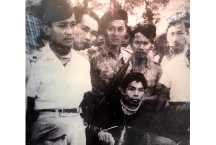 Suharto bersama Panglima Besar Sudirman sebelum pulang ke Yogyakarta dari medan gerilya.
