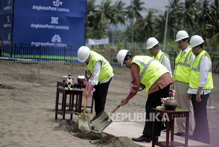 Presiden Jokowi meletakan batu pertama pembangunan New Yogyakarta Internasional Airport (NYIA) di Temon, Kulonprogo, DI Yogyakarta, Jumat (27/1).