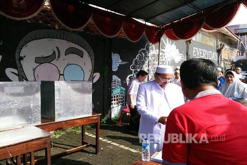 Habib Rizieq menggunakan hak suaranya di TPS 17, RW 04, Petamburan, Kecamatan Tanah Abang, Jakarta Pusat, Rabu (19/4).