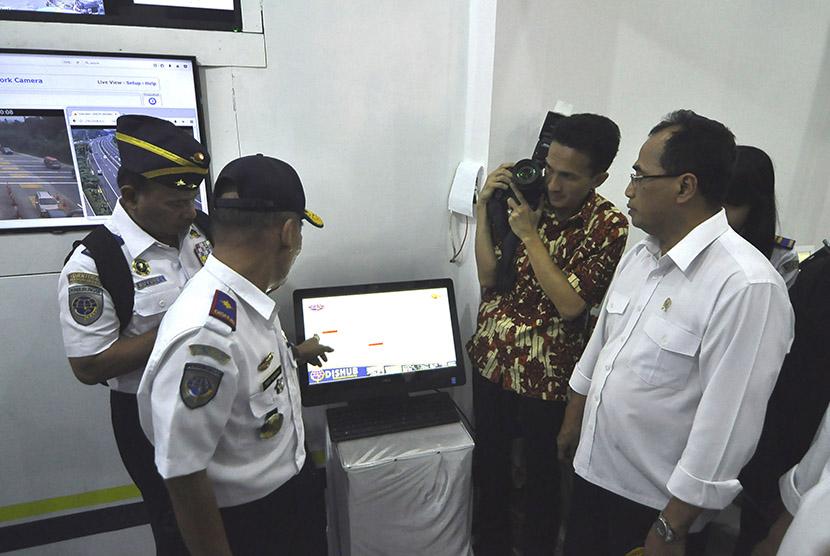 Menteri Perhubungan Budi Karya Sumadi (kanan) meninjau volume kendaraan melalui CCTV di Posko Induk Dinas Perhubungan Nagreg pada arus mudik H-1 Lebaran, Jalan Nagreg, Kabupaten Bandung, Sabtu (24/6).
