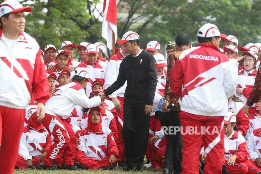 Presiden Joko Widodo bersama dengan kontingen Indonesia ke SEA Games XXIX Malaysia di Kompleks Istana Kepresidenan, Jakarta, Senin (7/8).