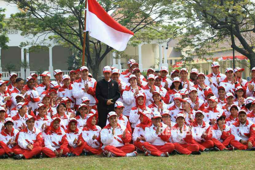 Presiden Joko Widodo (tengah) foto bersama dengan kontingen Indonesia ke SEA Games XXIX Malaysia di Kompleks Istana Kepresidenan, Jakarta, Senin (7/8). Presiden berpesan kepada seluruh atlet Indonesia untuk menunjukkan daya juang tinggi dan sportif saat berlaga dalam SEA Games XXIX di Kuala Lumpur, Malaysia, 19-30 Agustus 2017.
