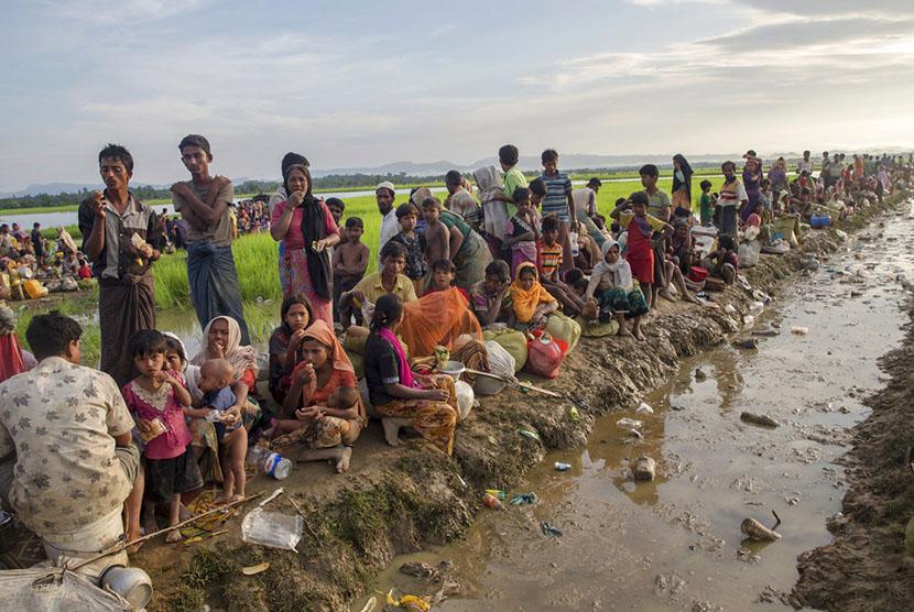 Ribuan pengungsi muslim Rohingya yang mealrikan diri dari Myanmar, tertahan di perbatasan di Palong Khali, Bangladesh, Selasa (17/10).