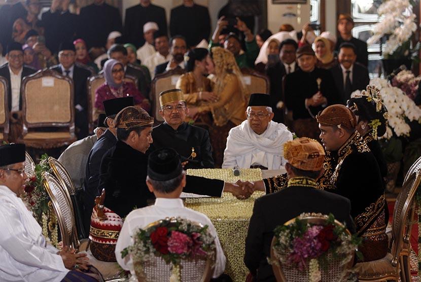 Presiden Joko Widodo (ketiga kiri) menikahkan putrinya, Kahiyang Ayu (kanan) dengan Bobby Nasution (kedua kanan) disaksikan Wakil Presiden Jusuf Kalla (keempat kiri) dan Ketua MUI KH Mar'uf Amin (keempat kanan) saat ijab kabul di Gedung Graha Saba, Sumber, Solo, Jawa Tengah, Rabu (8/11).