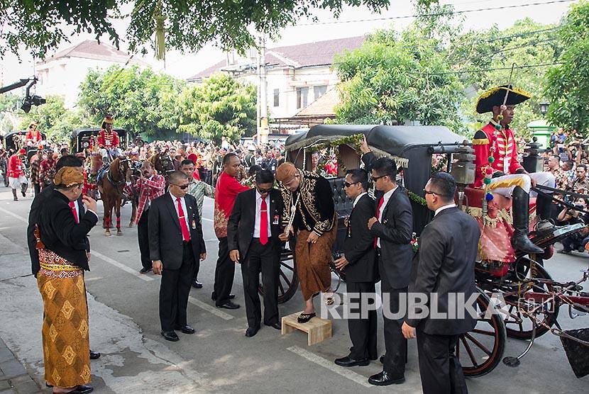 Mempelai pria Bobby Nasution turun dari kereta kencana saat akan melaksanakan prosesi ijab dan resepsi pernikahan dengan Kahiyang Ayu di gedung Graha Saba Buana, Solo, Jawa Tengah, Rabu (8/11).