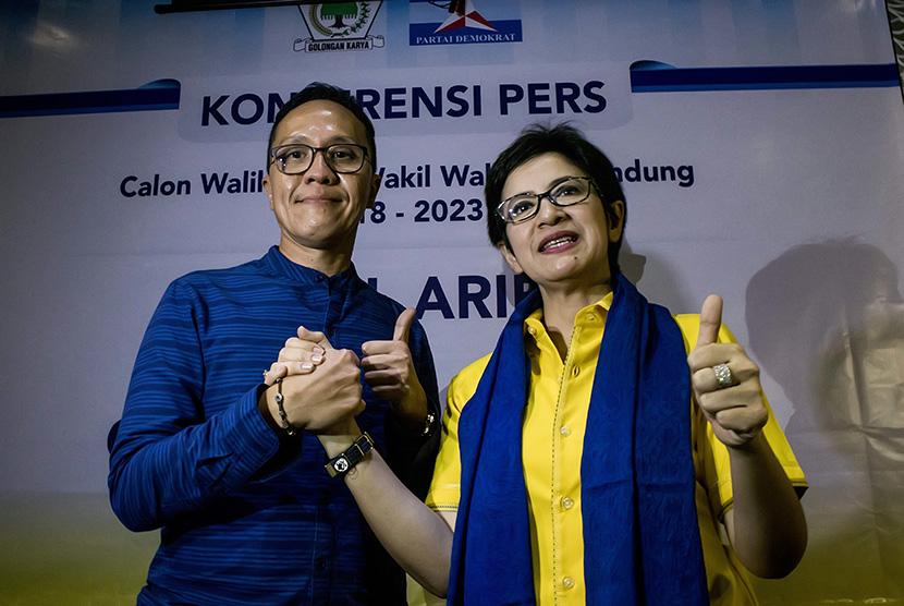 Bakal Calon Wali Kota Bandung dari Partai Golkar Nurul Arifin (kanan) berjabat tangan dengan Bakal Calon Wakil Wali Kota Bandung dari Partai Demokrat Chairul Y. Hidayat (kiri) saat konferensi pers terkait Pikada Bandung 2018 di Bandung, Jawa Barat, Jumat (10/11).