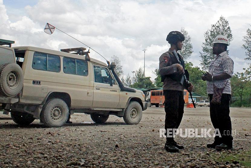 Seorang personal Brimob bersiap mengawal konvoi pekerja PT Freeport di terminal Gorong-gorong Timika, Mimika, Papua, Kamis (16/11).