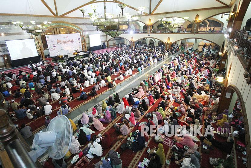 Peserta memadati acara Muhasabah Pergantian Tahun yang digelar Republika Jawa Barat di Masjid Pusdai, Kota Bandung, Ahad (31/12).