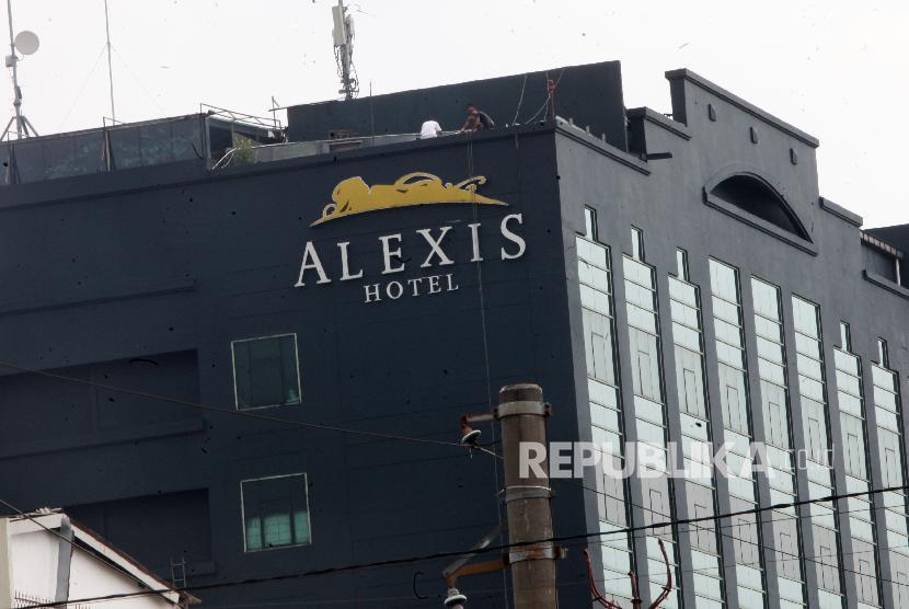 Menutup Hotel Alexis.