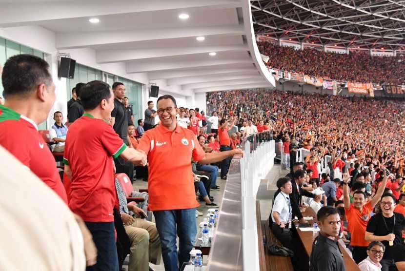 Jokowi salami Anies Baswedan saat Persija ungguli Bali United di Stadion Gelora Bung Karno (GBK), Sabtu (17/2).
