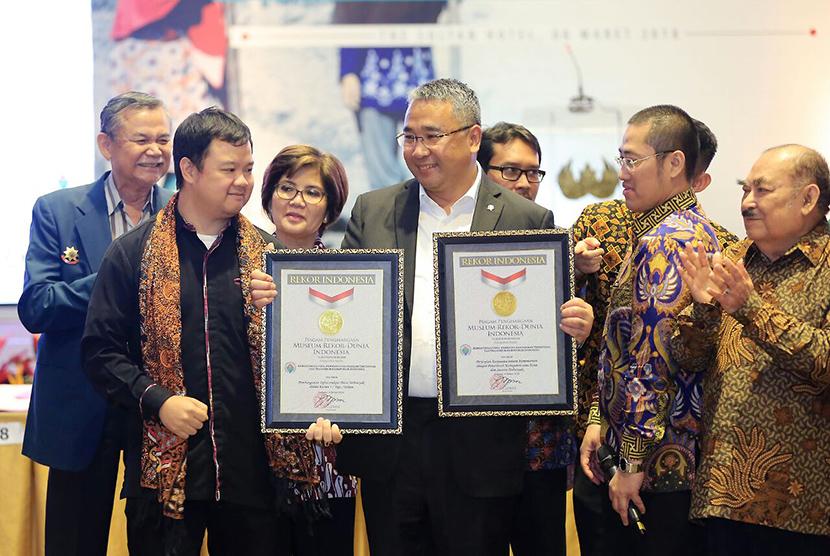 Menteri Desa, Pembangunan Daerah Tertinggal dan Transmigrasi Eko Putro Sandjojo (tengah) menerima piagam rekor MURI di Jakarta, Kamis (8/3) malam.