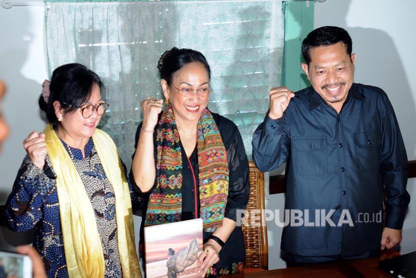Sukmawati Soekarnoputri (tengah) bersama Halida Hatta (kiri) foto bersama usai konferensi pers di Warung Daun, Cikini, Jakarta, Rabu (4/4).