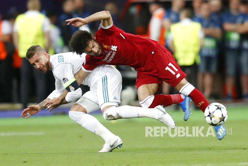 Gelandang serang Liverpool FC Mohamed Salah mengalami cedera bahu pada menit ke-25, setelah berjibaku dengan bek Real Madrid, Sergio Ramos.