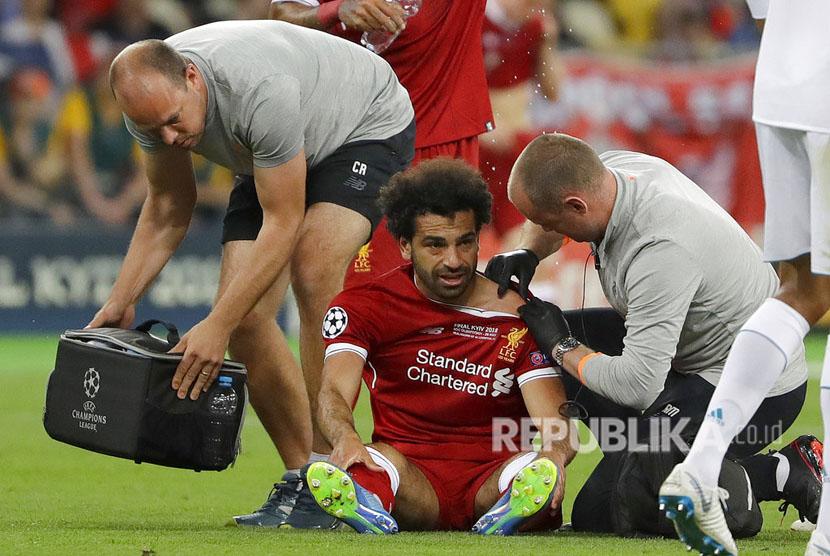 Mohamed Salah mendapatkan perawatan tim medis akibat mengalami cedera bahu pada menit ke-25.