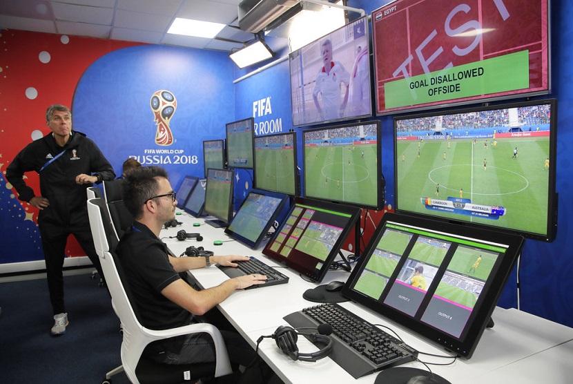 Seorang wasit mendemonstrasikan ruang operasi video fasilitas dari sistem Video Assistant Referee (VAR) yang akan diluncurkan untuk pertama kalinya selama Piala Dunia, di Pusat Penyiaran Internasional Piala Dunia 2018 di Moskow, Sabtu (9/6).