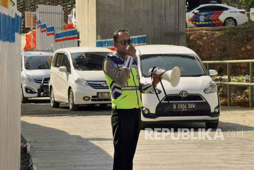 Petugas membantu mengarahkan pengendara di ruas tol fungsional Salatiga-Kartasura di wilayah Kecamatan Susukan, Kabupaten Semarang.
