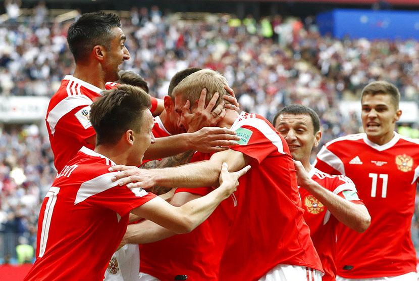 Selebrasi timnas Rusia usai mencetak gol pertama ke gawang Arab Saudi pada pertandingan Grup A Piala Dunia 2018 di Stadion Luzhniki, Moskow, Kamis (14/6).