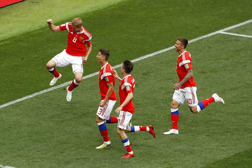 Selebrasi pesepak bola Rusia Yuri Gazinsky (kiri) usai mencetak gol pertama ke gawang Arab Saudi pada pertandingan Grup A Piala Dunia 2018 di Stadion Luzhniki, Moskow, Kamis (14/6).