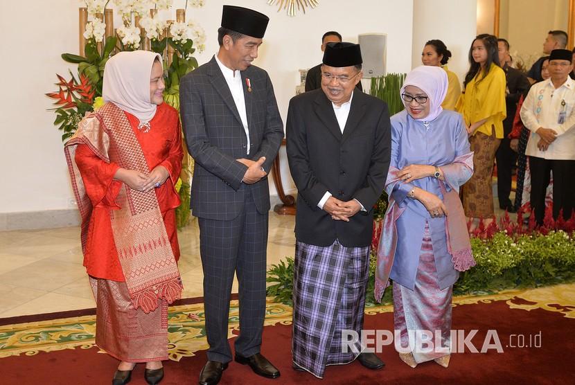 Presiden Joko Widodo (kedua kiri) dan Ibu Negara Iriana Joko Widodo (kiri) berbincang dengan Wakil Presiden Jusuf Kalla (kedua kanan) dan Ibu Mufidah Jusuf Kalla (kanan) di sela-sela acara Silahturahmi Idul Fitri 1 Syawal 1439 H di Istana Kepresidenan Bogor, Jawa Barat, Jumat (15/6).