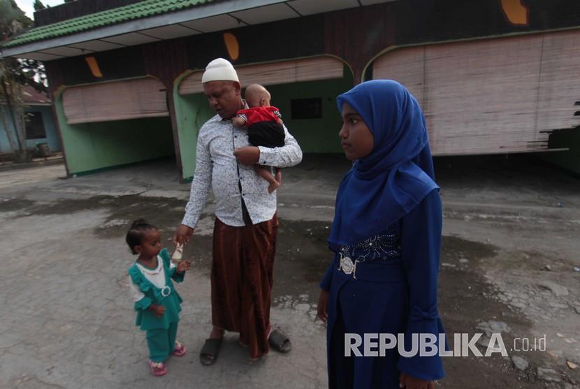 Satu keluarga imigran pengungsi Rohingya asal Myanmar ketika merayakan Lebaran 2018, di tempat penampungan sementara milik Imigrasi Medan, Sumatera Utara, Jumat (15/6).