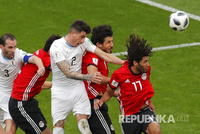 Pesepak bola Uruguay Jose Gimenez mencetak gol ke gawang Mohamed Elshenawy pada pertandingan grup A Piala Dunia 2018 di Yekaterinburg Arena, Rusia, Jumat (15/6).