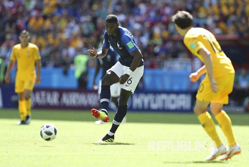 Pesepak bola Prancis Paul Pogba berusaha melewati pertahanan pemain Australia.