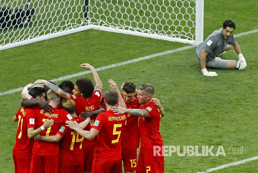 Pemain Belgia merayakan gol kedua tim mereka, disaksikan penjaga gawang Panama Jaime Penedo (kanan) pada pertandingan grup G Piala Dunia 2018 di Stadion Fisht,Sochi,Senin (18/6).
