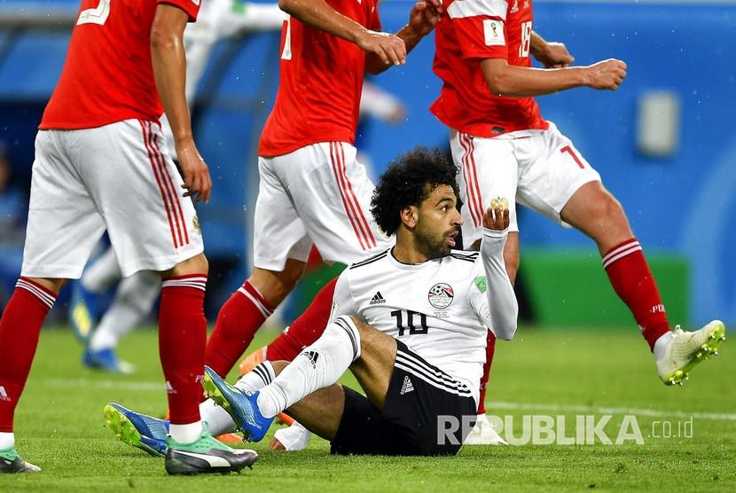Pesepak bola Mesir Mohamed Salah terjatuh saat melawan Rusia pada pertandingan Grup A Piala Dunia 2018 di Saint Petersburg Stadium, Rabu (20/6) dini hari.