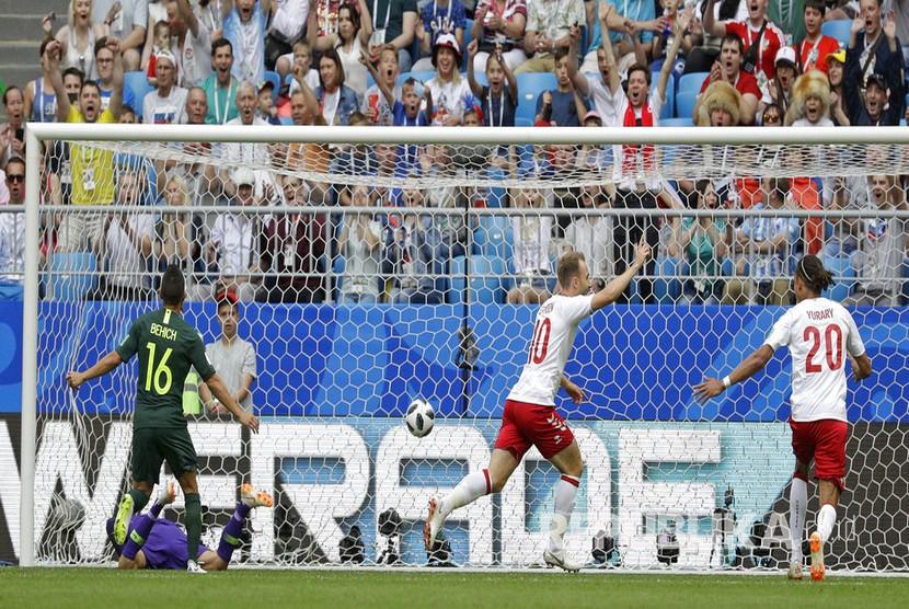 Selebrasi pesepak bola Denmark Christian Eriksen usai menjebol gawang Australia  pada pertandingan grup C Piala Dunia 2018 di Samara Arena, Kamis (21/6).