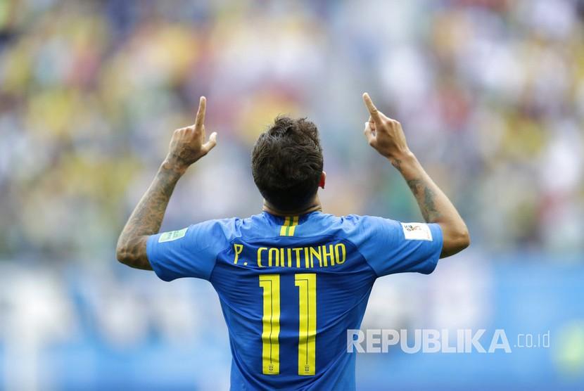 Selebrasi pesepak bola Brasil Philippe Coutinho berhasil mencetak gol pertama pada pertandingan grup E Piala Dunia 2018 antara Brasil melawan Kosta Rika di St Petersburg Stadium, Jumat (22/6).