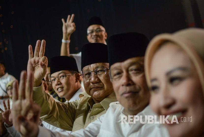 Ketua Umum Partai Gerindra Prabowo Subianto (ketiga kanan) hadir dalam debat publik ketiga Pilgub Jabar di Bandung, Jawa Barat, Jumat (22/6) malam.