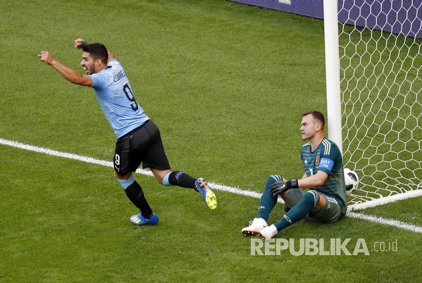 Pesepak bola Uruguay Luis Suarez mencetak gol pertama ke gawang Rusia pada pertandingan grup A Piala Dunia 2018 di Samara Arena, Senin (25/6).