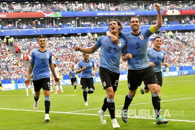 Selebrasi timnas Uruguay setelah Edinson Cavan mencetak gol ketiga Uruguay ke gawang Rusia pada pertandingan grup A Piala Dunia 2018 di Samara Arena, Senin (25/6).