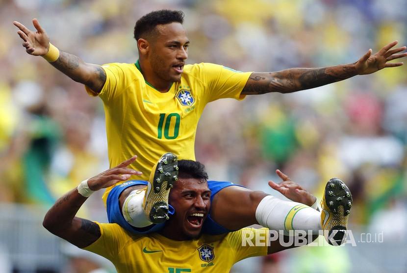 Selebrasi pesepak bola Brasil Neymar usai mencetak gol ke gawang Meksiko pada pertandingan babak 16 besar Piala Dunia 2018 di Samara Arena, Senin (2/7).