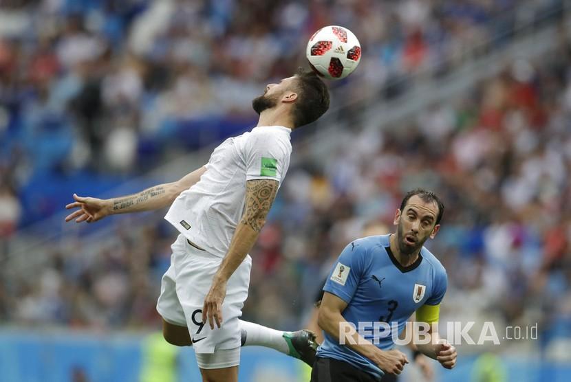 Pemain Prancis Olivier Giroud menyundul bola pada pertandingan babak perempat final Piala Dunia 2018, di Stadion Niznhy Novgorod, Jumat (6/7).
