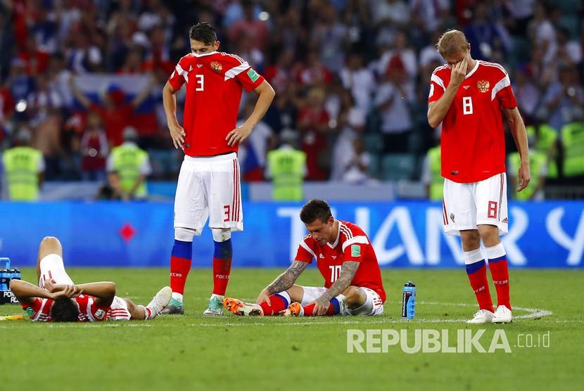 Pemain timnas Rusia tertunduk lesu setelah gagal lolos ke semifinal  Piala Dunia 2018 di Stadion Sochi, Ahad (8/7) dini hari WIB.