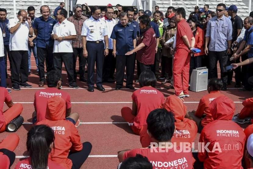 Wakil Presiden Jusuf Kalla (tengah) didampingi Gubernur DKI Jakarta Anies Baswedan (kelima kiri), Ketua Umum PB PASI Mohamad Bob Hasan (keempat kanan) dan CdM Asian Games Komjen Pol Syafruddin (keenam kanan) melihat Pelatnas Atletik saat mengunjungi Stadion Madya di Kompleks Gelora Bung Karno, Jakarta, Jumat (3/8).