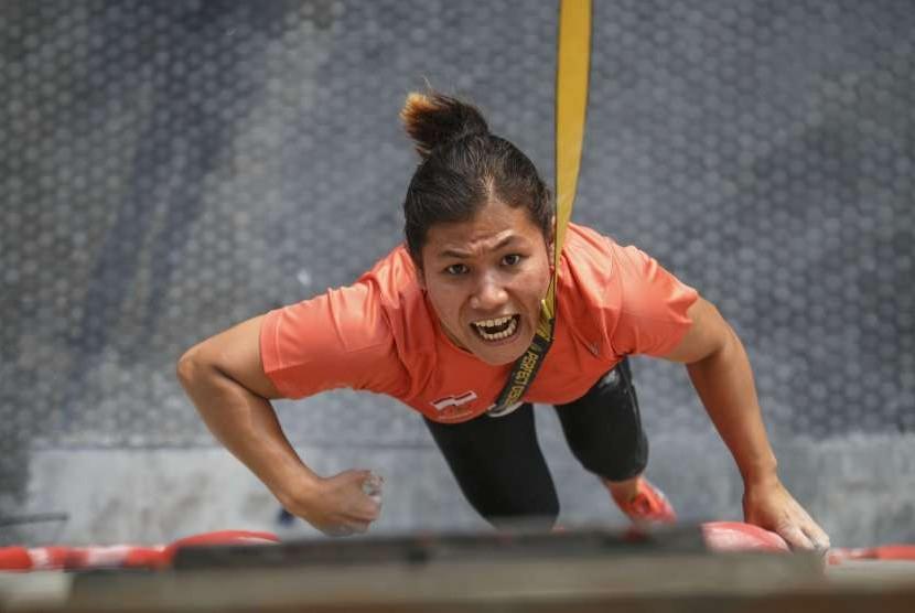 Atlet panjat tebing putri Santi Wellyanti mengikuti simulasi latihan tanding di di Arena Panjat Tebing Mandala Krida, DI Yogyakarta, Selasa (7/8).