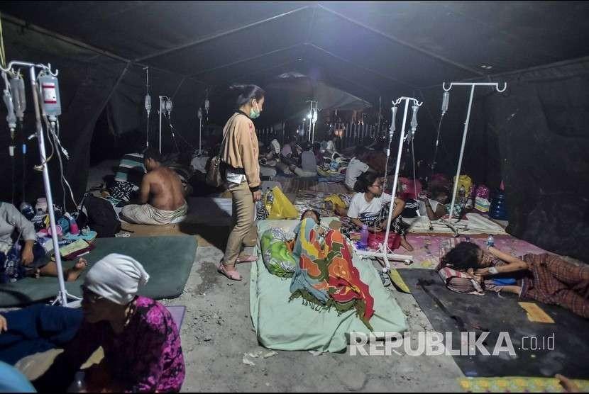 Pasien dan korban gempa berada di tenda darurat di Rumah Sakit Wirabuana, Palu, Sulawesi Tengah, Sabtu (29/9).