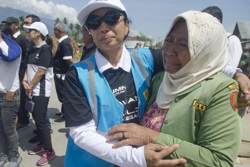 Menteri BUMN Rini Soemarno (kiri) merangkul warga korban terdampak gempa di Desa Silabaya Utara, Kabupaten Sigi, Sulawesi Tengah, Rabu (10/10).
