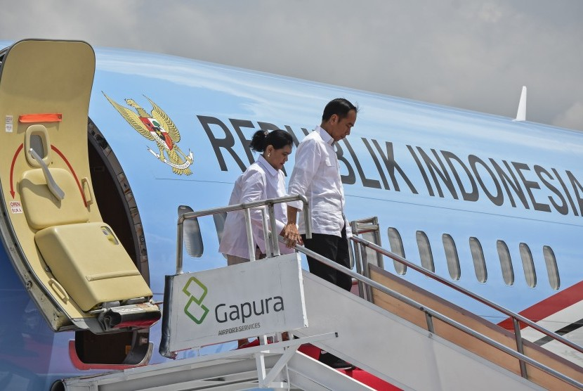 President Joko Widodo and First Lady Iriana Joko WIdodo arrives at Lombok International Airport, Praya, Central Lombok, West Nusa Tenggara, Thursday (Oct 18).