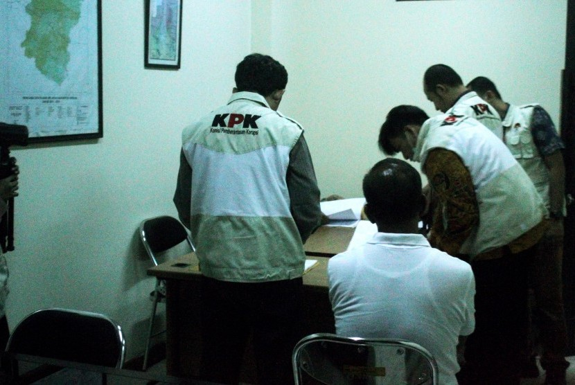 Penyidik KPK melakukan penggeledahan barang bukti kasus operasi tangkap tangan dugaan suap perizinan proyek pembangunanan Meikarta di Kantor Dinas Lingkungan Hidup Kabupaten Bekasi, di Cikarang, Kabupaten Bekasi, Jawa Barat, Rabu (17/10/2018).