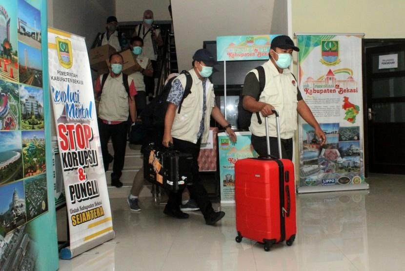 Penyidik KPK membawa sejumlah barang bukti kasus operasi tangkap tangan dugaan suap perizinan proyek pembangunanan Meikarta usai melakukan penggeledahan di Kantor Dinas Penanaman Modal dan Pelayanan Terpadu Satu Pintu (DPMPTSP) Kabupaten Bekasi, di Cikarang, Jawa Barat, Rabu (17/10/2018).