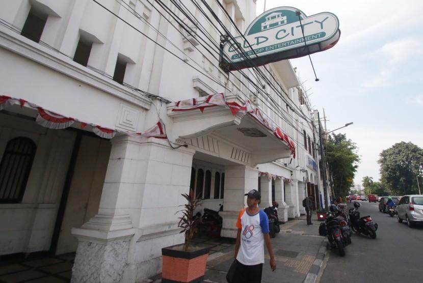 Pejalan kaki melintas di depan Diskotek Old City di Tambora, Jakarta, Senin (22/10/2018).