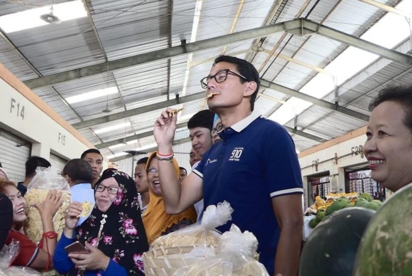 Cawapres Nomor Urut 02, Sandiaga S Uno saat membeli dan mencoba tumpi, makanan khas di pasar Projosari, Desa Harjosari, Kecamatan Bawen, Kabupaten Semarang, Rabu (24/10).
