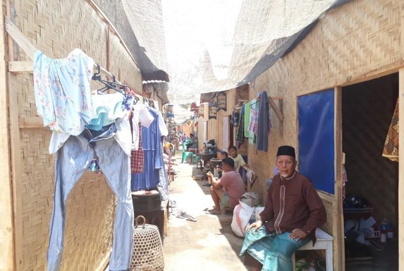 Kondisi pengungsian di Desa Menggala, Kecamatan Pemenang, Kabupaten Lombok Utara, NTB, Rabu  (24/10).