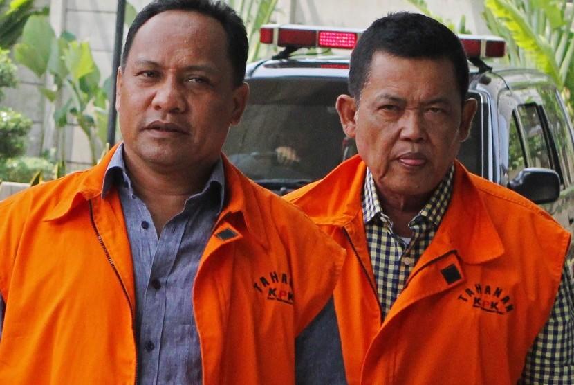 Dua tersangka mantan Ketua DPRD Kabupaten Kepulauan Sula Zainal Mus (kiri) dan Wali Kota Pasuruan nonaktif Setiyono (kanan) tiba untuk menjalani pemeriksaan di gedung KPK, Jakarta, Kamis (25/10/2018).
