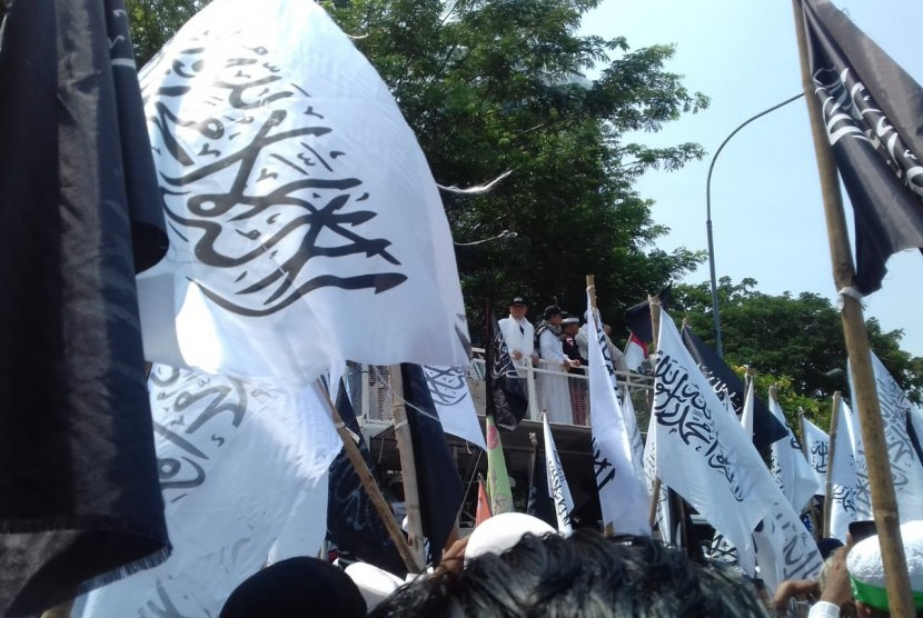 Massa Aksi melakukan unjuk rasa bela kalimat Tauhid di depan kantor Kemenko Polhukam, jalan Merdeka Barat, Jumat (27/10)
